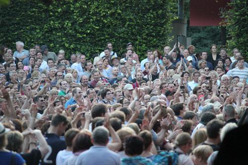 Publikum beim Konzert auf der Freilichtbühne